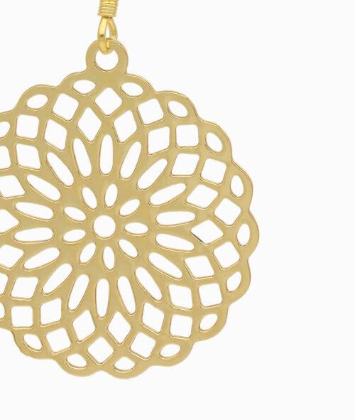 Haengeohrring gold mit Blumenornament nah