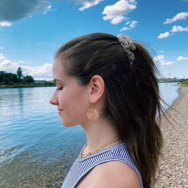 sara_spgl Model Vilou Schmuck Ohrringe